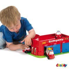 Emergencias + 3 coches DANTOY - Ref. 017535  Fantástico edificio de emergencias con 3 veículos: bomberos, ambulancia y grúa. 3 Puertas de garage y rampa exterior. Presentado en caja de regalo Medidas: 36,5 cm