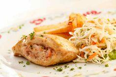 """<p>Filetes de pollo rellenos de queso de cabra (2 porciones)</p> <p>Ingredientes<br> <br> 2 pechugas de pollo<br> 1 cucharada de aceite de oliva<br> 1 cucharadita de romero fresco picado</p> <p> ½ cucharadita de pimienta negra<br> ½ cucharadita de sal<br> ¼ taza de arándanos secos<br> ¼ taza de queso de cabra<br> <br> Preparación: mezcla el aceite de olvida con el romero, la sal y la pimienta.Con una brocha """"pinta"""" los filetes con esta preparación. Después, eellena cada filete de pollo con…"""