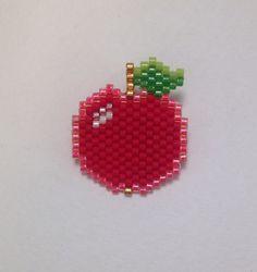 Broche pomme en perles Miyuki delica - rouge, vert, rose - tissage brick stitch