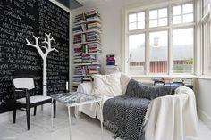 Quand je vois des maisons comme celle-ci en vente, avec ses 271 m2 pour moins de 200 000€, je me demande ce que je fais à Paris... Mais bon, on ne peut pas tout avoir, hein?! La maison est située à Växjö en Suède, en vente ici.