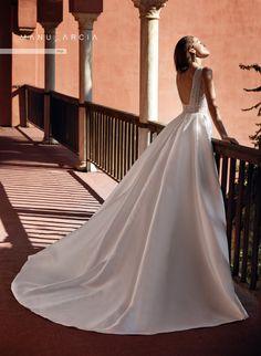Vestito da sposa della collezione Higar Novias 2021 in vendita presso il negozio Boutique Velo #abitidasposa #vestitidasposa #abitisposa #abitidasposa2021 #vestitidasposa2021 #abitisposa2021 #boutiquevelo #negozioabitidasposa #abitidasposatreviso #abitidasposaveneto #higarnovias #higarnovias2021 #abitidasposainpizzo #abitidasposaprincipeschi #abitidasposasemplici Manu Garcia, Wedding Dresses, Fashion, Templates, Plunging Neckline, Romantic Dresses, Bridal Gowns, Boyfriends, Bridal