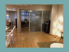 Reforma de oficinas en León, decoración con papeles pintados, muebles a medida y proyecto de iluminación.