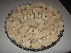 Mexican Cream Cheese Roll-ups.perfect snack food for Summer BBQ get together.personally I think sliced Black Olives would kick it up some too. Finger Food Appetizers, Appetizers For Party, Appetizer Recipes, Snack Recipes, Cooking Recipes, Finger Foods, Mexican Pinwheels Appetizers, Taco Pinwheels, Cream Cheese Pinwheels