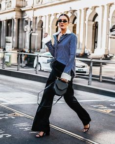 Oxford shirts are the most versatile, stylish tops around. Get inspired by our guide of 11 fresh ways to wear a button-down shirt. Slim Mom Jeans, Wedding Gowns With Sleeves, Stylish Tops, Casual Winter Outfits, Spring Outfits, Looks Style, Trendy Fashion, Style Fashion, High Fashion