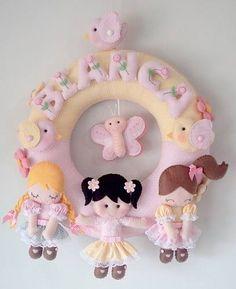 guirlandas em feltro - Buscar con Google Baby Door Hangers, Crochet Mobile, Felt Wreath, Baby Shawer, Girl Decor, Crafts To Make, Baby Room, Garland, Kids Room