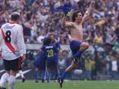FÚTBOL. 2003. Guillermo Barros Schelotto festejando en un #Boca-River.
