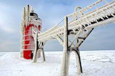 une-jetee-du-lac-michigan-se-transforme-en-magnifiques-sculptures-de-glace-ephemere12