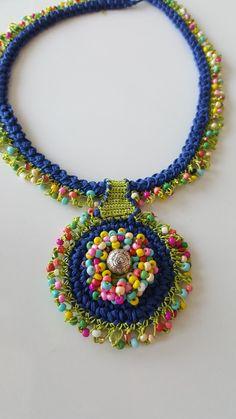 Tığ işi kolyeler Fabric Jewelry, Beaded Jewelry, Handmade Jewelry, Beaded Necklace, Jewellery, Crochet Bracelet, Jewelry Making Tutorials, Crochet Accessories, Necklace Designs