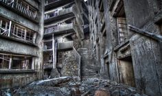 Commonly called Gunkanjima (or 'Battleship Island'), Hashima Island in Japan was once one of the most densely populated places on Earth. Abandoned in it's now a ghost island of industrial ruins. Abandoned Cities, Abandoned Houses, Haunted Houses, Scary Places, Haunted Places, Nagasaki, Hiroshima, Hashima Island, Places Around The World