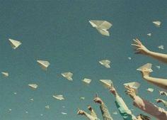 Ce que m'a dit la minute ~ paper plane sky blue hands freedom time life blog