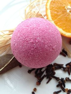 Lovely Christmas scent handmade aromatherapy fizzy bomb with warm blend of clove, cinnamon and orange oils... Love it!!! <3