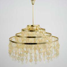 Lámpara  80cm 4 pisos aros metal cascada   flecos nacar  con un diseño elegante y minimalista de una textura natural y  cálida