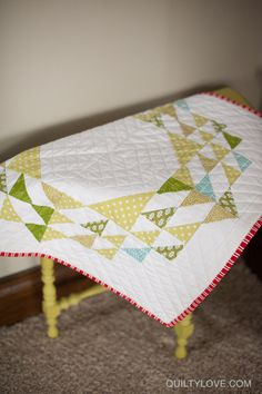 Quilty Love | Christmas table topper | http://www.quiltylove.com