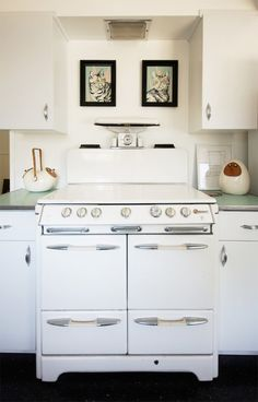 Kitchen white appliances vintage stoves 32 ideas for 2019 - cRİS White Kitchen Appliances, Vintage Appliances, Kitchen Stove, New Kitchen, Kitchen White, Vintage Kitchenware, Vintage Pyrex, Updated Kitchen, Kitchen Utensils