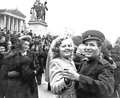 Soviet soldiers dancing with their ladies in front of austrian parliament building after occupying eastern of austria, Vienna, 1945 Ww2 Photos, Z Photo, Extraordinary People, Vienna Austria, Central Europe, World War Two, World Cultures, Wwii, Victorious