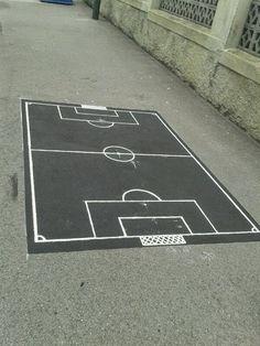Dibujar un mini campo de fútbol en el suelo del patio para que los niños jueguen