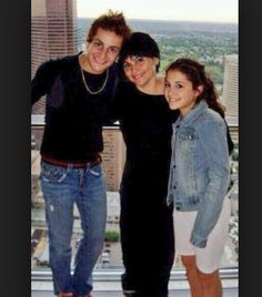 Ariana grande and Frankie with their mom a long time ago