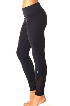 workout clothes / exercise clothes / exercise clothes outfits /exercise clothes for women / workout style / workout style outfits / exercise leggings / black leggings with discreet square patterns / mesh at the ankles