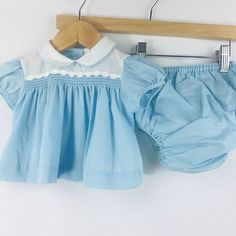 b4b76e3d62b2 This adorable vintage dress is in excellent condition. It does not have a  size but it looks to be somewhere between 0 and 6 months.