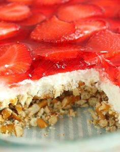 Roquefort mini cakes, smoked walnuts and bacon - Clean Eating Snacks Strawberry Pretzel Salad, Strawberry Recipes, Strawberry Pie, Jello Desserts, Dessert Recipes, Jello Salads, Dessert Salads, Fruit Salads, Easy Desserts