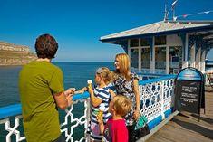 Promenez-vous sur le front de mer de Llandudno pour savourer une glace !   #paysdegalles #wales #alainntours #llandudno Wales Coastal Path, Visit Wales, Station Balnéaire, Parc National, Paths, Family Travel, Family Vacations, Zip Lining, Wales