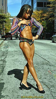 Erica Blockman zeigt tolle Bauchmuskeln