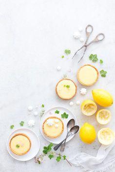 Ho mais? C'est l'heure du goûter non? Et si on se faisait une bonne tarte au citron ? Avec une pâte sucrée à la fleur de seul et un lemon curd bien crémeux et qui réveille les papilles …
