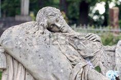 Old statue femme sur la tombe dans le cimeti�re Lychakivskyj de Lviv, Ukraine. photo