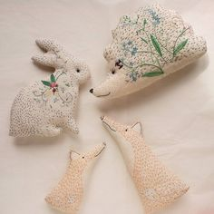 The Small Fox Family and the blooming bunny left today. The hedgehog has a farewell portrait with the travelers :) Sewing Art, Sewing Toys, Sewing Crafts, Sewing Projects, Felt Crafts, Fabric Crafts, Kids Crafts, Embroidery Stitches, Embroidery Patterns