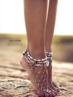 If you're holding a beach or bohemian garden wedding, ditch your heels and adorn bare feet in pretty metal anklets. Or if you just want to look sexy go for this gypsy-inspired look! Look for bold styles in. Hippie Style, My Style, Bohemian Style, Ibiza Style, Bohemian Gypsy, Jewelry Accessories, Fashion Accessories, Fashion Jewelry, Boho Jewellery
