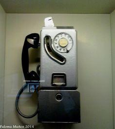 Museo Arqueológico Nacional de Madrid.  Cabina de teléfono de monedas. National Archaeological Museum of Madrid Payphone booth