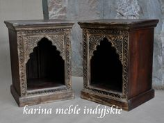Indyjska szafka wykonana ręcznie z drewna mangowca. Front zdobiony jest typowymi dla stylistyki Indii rzeźbionymi łukami. Szafka sprawdzi się nie tylko w sypialni, będzie piękną ozdobą salonu lub łazienki w stylu SPA.