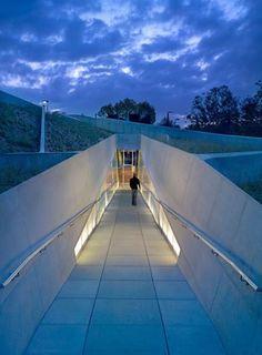 這是一個非常具有歷史意義的博物館建築——洛杉磯大屠殺博物館,訴說猶太人被迫害史實展,建築結合地景藝術,將整體建築遁入地底下,像是在訴說猶太人過往的躲藏與心酸。材質選用穩固的清水混凝土,象徵著堡壘的堅固,給予猶太人的安全感、以及隱約的玻璃說明躲藏心情,是一個將歷史情感投射入建築設計的傑作。 如果有機會去洛杉磯,一定要去看看!(小編已筆記) via Belzberg Architects