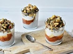 Chia pudink s karamelizovaným jablkem a hruškou - Kitchen story Chia Puding, Kitchen Stories, Granola, A Table, Quinoa, Camembert Cheese, Panna Cotta, Food And Drink, Cooking Recipes
