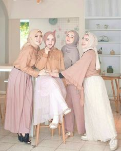Image may contain: 4 people Street Hijab Fashion, Muslim Fashion, Modest Fashion, Fashion Outfits, Hijab Casual, Hijab Chic, Girl Hijab, Hijab Outfit, Simple Outfits