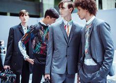 En backstage du défilé Dior Homme printemps-été 2015 http://www.vogue.fr/vogue-hommes/mode/diaporama/backstage-dior-homme-printemps-ete-2015/19348/image/1024808