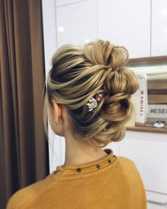 Chic bridal updo hairstyle,wedding hairstyles ,messy updo ,upstyle, up… Prom Hairstyles For Short Hair, Romantic Hairstyles, Vintage Hairstyles, Messy Hairstyles, Wedding Hairstyles, Updo Hairstyle, Hairstyle Ideas, Bridal Hairstyle, Mohawk Updo