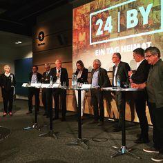 Nach Berlin und Jerusalem nun Bayern. Am Freitag wird die grösste Dokumentation gefilmt die es je in Bayern gab. Mit dabei unter anderem Doris Dörrie und Franz Xaver Gernstl. Das ganze Konzept wurde heute bei der Pressekonferenz im BR vorgestellt. Apropos Ihr könnt auch selbst mitmachen. Eure eingesandten Videos und Fotos werden gesammelt und dann nach Sichtung im Film verwendet #bayern #24BY #dokumentation #projekt #film #online #hörfunk #pressekonferenz #24hoursbavaria #documentation…