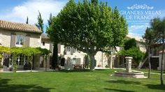 LE COUCHER DE SOLEIL (Saint-Rémy de Provence) - Prachtige 18de eeuwse mas met privé zwembad gelegen te Saint-Rémy de Provence. Deze mas is volledig gerenoveerd, ingericht met smaak en standing en beschikt over een mooi aangelegde, verzorgde tuin van 6500m². Met zijn 6 slaapkamers (voorzien van airco) en 6 badkamers is deze villa geschikt voor 14 personen. De ideale locatie voor een droomvakantie in het hart van de Alpilles in de Provence.