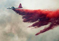 Farbig gegen das Feuer  24. Mai 2012 Im Kampf gegen die Wald- und Buschbrände im amerikanischen Bundesstaat Nevada setzt die Feuerwehr Löschflugzeuge ein.