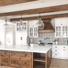Farmhouse kitchen 2018 - 35 Inspiring White Farmhouse Style Kitchen Ideas To Maximize Kitchen Design. Farmhouse Style Kitchen, Modern Farmhouse Kitchens, Home Decor Kitchen, Interior Design Kitchen, New Kitchen, Home Kitchens, White Farmhouse, Decorating Kitchen, Kitchen Wood