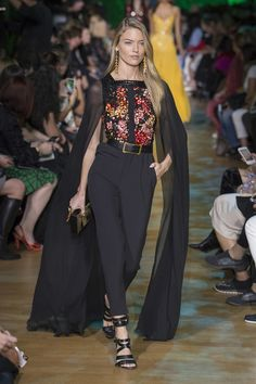 See all the Collection photos from Elie Saab Spring/Summer 2018 Ready-To-Wear now on British Vogue Catwalk Fashion, Fashion 2018, Fashion Week, Trendy Fashion, Fashion Outfits, Paris Fashion, Style Couture, Couture Fashion, Elie Saab Printemps
