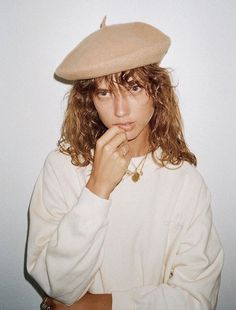Berets and coin necklaces | French girl cool | Girlfriend is Better Look Fashion, Fashion Outfits, Womens Fashion, Fashion Trends, Fashion Edgy, Sailor Cap, French Girls, Minimalist Fashion, Minimalist Style