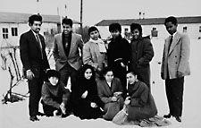 Het Nederlandse klimaat valt tegen ... Zuid-Molukkers poseren in de sneeuw voor het kamp in Koudekerke, 1958 (Beeldbank Zeeland)