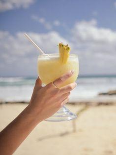 Blog CW - Cocktails y joyas para este verano. En verano hay que refrescarse. El agua nos ayuda a mantener baja nuestra temperatura corporal, hidrata y combate un sinfín de problemas cardiovasculares y renales. Sin embargo, no existe refrigerio más glamuroso en esta temporada estival que el de un buen cocktail preparado en primera línea de playa o en una fiesta nocturna por un habilidoso barman.