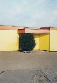 In this article we explain what deadpan photography is, it's purpose & why photographers use it. We also list four famous & upcoming deadpan photographers. Contemporary Photography, Urban Photography, Fine Art Photography, Photography Lessons, William Eggleston, Saul Leiter, Paris Photos, Mellow Yellow, Architecture