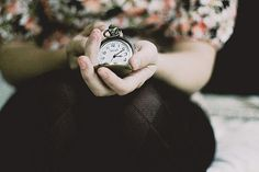 """""""Quem teve a ideia de cortar o tempo em fatias, a que se deu o nome de ano, foi um indivíduo genial.Industrializou a esperança, fazendo-a funcionar no limite da exaustão.Doze meses dão para qualquer ser humano se cansar e entregar os pontos.Aí entra o milagre da renovação e tudo começa outra vez, com outro número e outra vontade de acreditar que daqui pra diante vai ser diferente!..."""" (drummond)"""