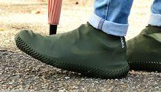 流行りのスニーカーみたいなデザインのシューズカバーで、大切な1足を長持ちさせよう~ | ROOMIE(ルーミー) Sock Shoes, Men's Shoes, Shoe Boots, Mens Fashion Shoes, Men Street, Pedi, Going Out, Cool Designs, Footwear