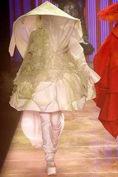 John Galliano Spring 2003 Ready-to-Wear Fashion Show - John Galliano, Diana Gärtner Vintage Fashion 1950s, Vintage Dior, Victorian Fashion, Vintage Hats, John Galliano, Galliano Dior, Runway Fashion, Fashion Show, Fashion Design