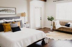 Descomplica com Sissi Santos • Sissi, Bed, Furniture, Home Decor, Cozy, Light Fixture, Lights, Interior Decorating, Moldings